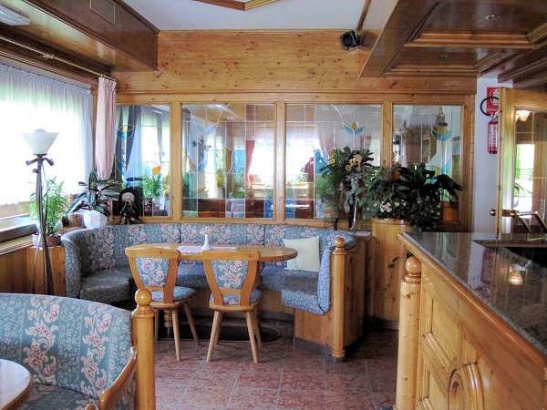 hotel-flora-alpina-bar-campitello-dolomiti-wintersport-italie-ski-snowboard-raquettes-schneeschuhlaufen-langlaufen-wandelen-interlodge.jpg