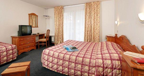 hotel-la-vanoise-kamer-rood-brides-les-bains-les-trois-vallees-frankrijk-wintersport-ski-snowboard-raquettes-schneeschuhlaufen-langlaufen-wandelen-interlodge.jpg