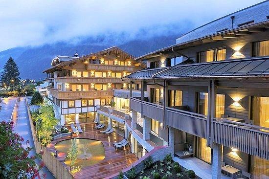 buitenkant-hotel-elisabeth-mayrhofen-hochzillertal-wintersport-oostenrijk-interlodge.jpg
