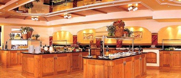 ontbijtbuffet-family-spa-resort-alpenpark-seefeld-olympia-region-wintersport-oostenrijk-interlodge.jpg