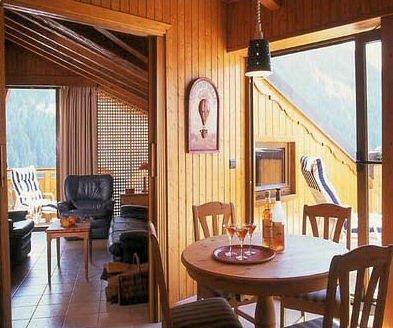 residence-chalets-du-bouquetin-woonkamer-en-balkon-wintersport-frankrijk-ski-snowboard-raquettes-schneeschuhlaufen-langlaufen-wandelen-interlodge.jpg