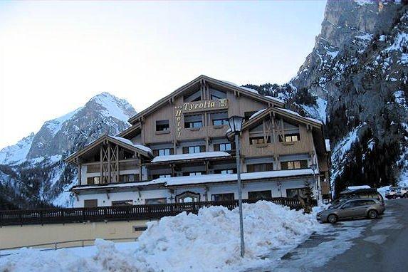 buitenzijde-hotel-tyrolia-malga-ciapela-marmolada-dolomiti-super-ski-wintersport-italie-ski-snowboard-raquettes-schneeschuhlaufen-langlaufen-wandelen-interlodge.jpg