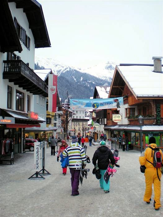 dorpsstraat-st-anton-am-arlberg-snowboarders-oostenrijk-wintersport-interlodge.jpg