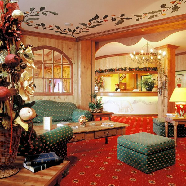 hotel-l-ours-blanc-lounge-les-menuires-les-trois-vallees-interlodge.jpg
