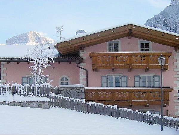 buitenzijde-residence-redolon-campitello-sella-ronda-dolomiti-wintersport-italie-ski-snowboard-raquettes-schneeschuhlaufen-langlaufen-wandelen-interlodge.jpg