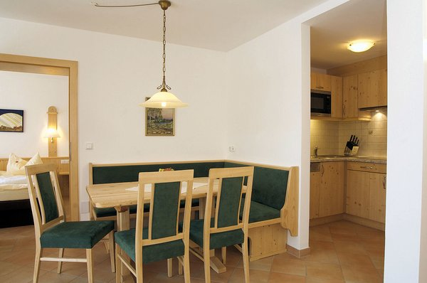 interieur-tafel-appartementen-sonneck-konigsleiten-zillertal-arena-wintersport-oostenrijk-ski-snowboard-raquttes-schneeschuhlaufen-langlaufen-wandelen-interlodge.jpg