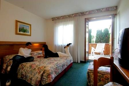 comfortkamer-hotel-tevini-commezzadura-skirama-dolomiti-wintersport-italie-ski-snowboard-raquettes-schneeschuhlaufen-langlaufen-wandelen-interlodge.jpg