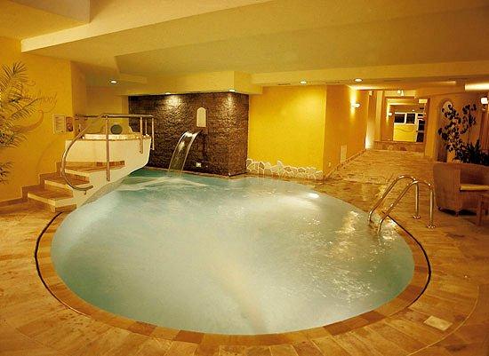 hotel-nele-zwembad-ziano-wintersport-italie-ski-snowboard-raquettes-langlaufen-wandelen-interlodge.jpg
