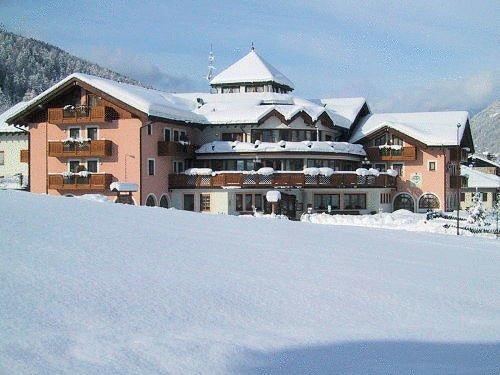 buitenzijde-hotel-tevini-commezzadura-skirama-dolomiti-wintersport-italie-ski-snowboard-raquettes-schneeschuhlaufen-langlaufen-wandelen-interlodge.jpg