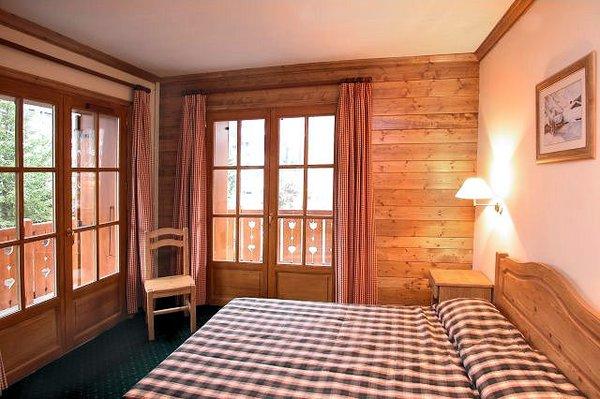 residence-alpina-lodge-interieur-slaapkamer-groot-bed-les-deux-alpes-wintersport-frankrijk-ski-snowboard-raquettes-schneeschuhlaufen-langlaufen-wandelen-interlodge.jpg