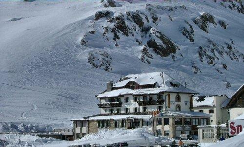 buitenkant-hotel-savoia-passo-pordoi-canazei-dolomiti-wintersport-italie-ski-snowboard-raquettes-schneeschuhlaufen-langlaufen-wandelen-interlodge.jpg