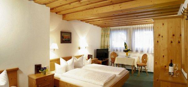 slaapkamer-hotel-tirolerhof-st-anton-arlberg-wintersport-oostenrijk-interlodge