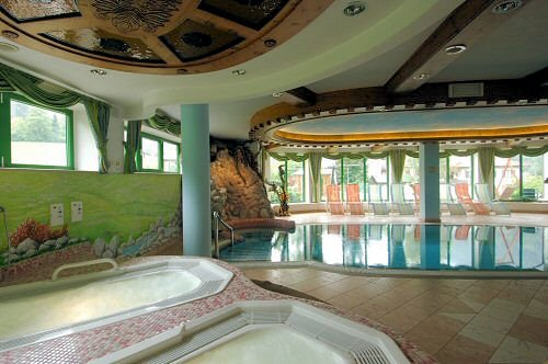 zwembad-hotel-tevini-commezzadura-skirama-dolomiti-wintersport-italie-ski-snowboard-raquettes-schneeschuhlaufen-langlaufen-wandelen-interlodge.jpg
