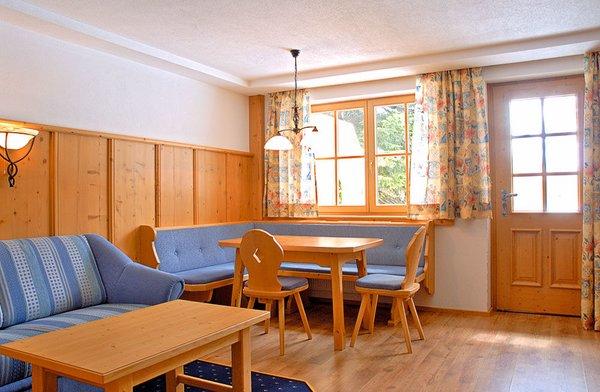 interieur-ast-n-hutten-woonkamer-2-of-3-kamer-appartement-zillertal-arena-wintersport-oostenrijk-ski-snowboard-raquettes-scneeschuhlaufen-langlaufen-wandelen-interlodge.jpg