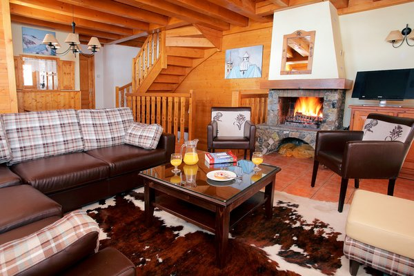 kamer-open-haard-le-hameau-de-la-sapiniere-chalets-montagnettes-les-menuires-les-trois-vallees-wintersport-frankrijk-ski-snowboard-raquettes-schneeschuhlaufen-langlaufen-wandelen-interlodge.jpg