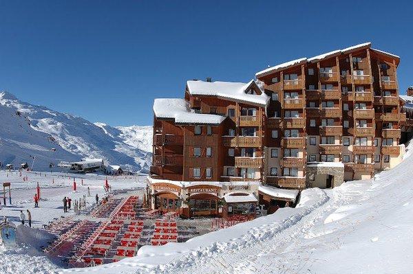 buitenkant-village-montana-val-thorens-les-trois-vallees-wintersport-frankrijk-ski-snowboard-raquettes-schneeschuhlaufen-langlaufen-wandelen-interlodge.jpg