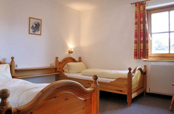 interieur-ast-n-hutten-slaapkamer-3-kamer-holzer-zillertal-arena-wintersport-oostenrijk-ski-snowboard-raquettes-scneeschuhlaufen-langlaufen-wandelen-interlodge.jpg