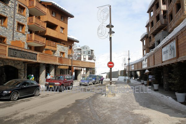 straat-met-residence-le-nevada-en-les-suites-du-nevada-tignes-val-claret-espace-killy-interlodge.jpg