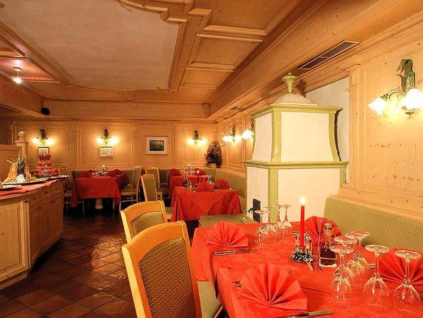 restaurant-met-kachel-hotel-portavescovo-arabba-dolomiti-superski-wintersport-italie-ski-snowboard-raquettes-schneeschuhlaufen-langlaufen-wandelen-interlodge.jpg