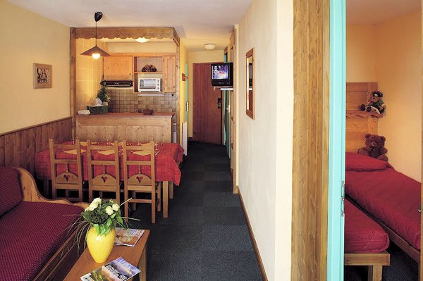 residence-le-cheval-blanc-woonkamer-keuken-appartement-comfort-val-thorens-les-trois-vallees-wintersport-frankrijk-ski-snowboard-raquettes-schneeschuhlaufen-langlaufen-wandelen-interlodge.jpg