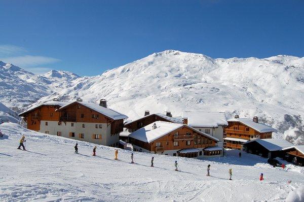 buitenzijde-le-hameau-de-la-sapiniere-chalets-montagnettes-les-menuires-les-trois-vallees-wintersport-frankrijk-ski-snowboard-raquettes-schneeschuhlaufen-langlaufen-wandelen-interlodge.jpg