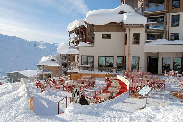 buitenkant-terras-residence-le-hameau-du-kashmir-val-thorens-les-trois-vallees-wintersport-frankrijk-ski-snowboard-raquettes-schneeschuhlaufen-langlaufen-wandelen-interlodge.jpg