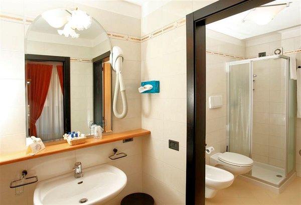 kamer-toilet-hotel-alpina-madonna-di-campiglio-skirama-dolomiti-wintersport-italie-ski-snowboard-raquettes-langlaufen-wandelen-interdloge.jpg