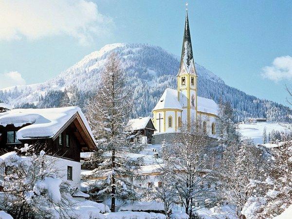 kerk-kirchberg-kitzbueheler-alpen-wintersport-oostenrijk-interlodge