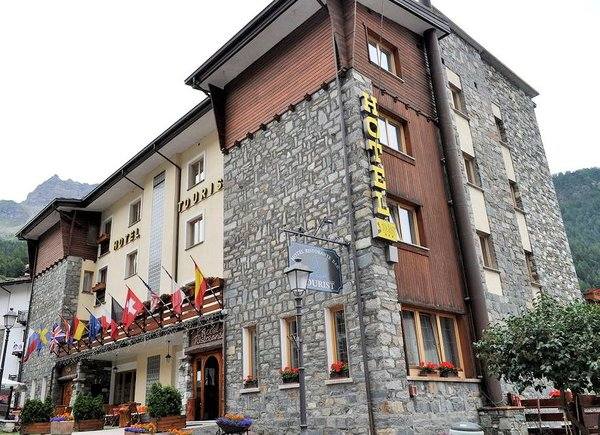 buitenkant-touristhotel-valtournenche-aosta-wintersport-italie-interlodge.jpg