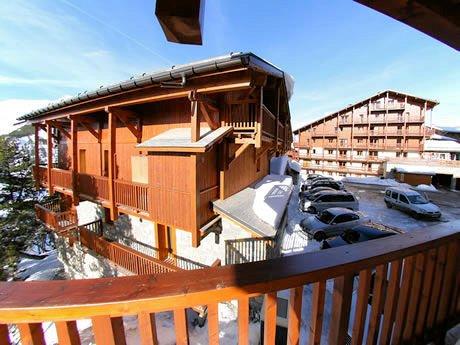 chalet-des-neiges-arolles-balkon-arc-2000-paradiski-wintersport-frankrijk-ski-snowboard-raquettes-langlaufen-wandelen-interlodge.jpg