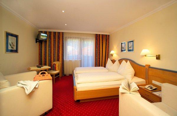 hotel-alpenblick-slaapkamer-filzmoos-salzburger-sportwelt-amade-wintersport-oostenrijk-ski-snowboard-raquettes-schneeschuhlaufen-langlaufen-wandelen-interlodge.jpg