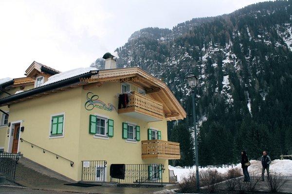 buitenzijde-residence-ercabuan-campitello-dolomiti-wintersport-italie-ski-snowboard-raquettes-schneeschuhlaufen-langlaufen-wandelen-interlodge.jpg