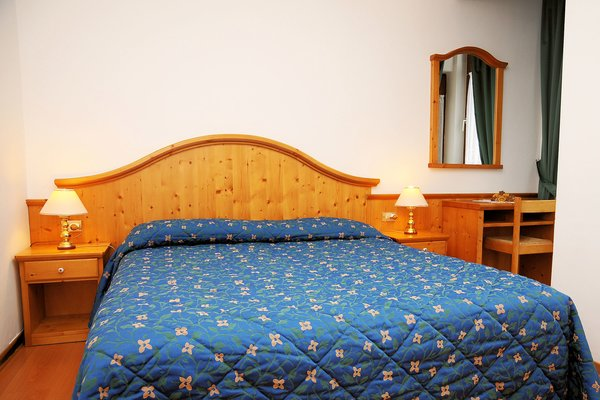 slaapkamer-residence-marisol-mezzana-skirama-dolomiti-italie-wintersport-ski-snowboard-raquettes-schneeschuhlaufen-langlaufen-wandelen-interlodge.jpg