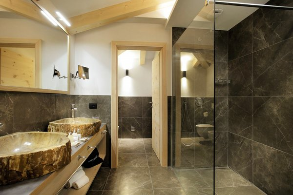palace-hotel-ravelli-chalet-douche-mezzana-skirama-dolomiti-wintersport-italie-interlodge.jpg