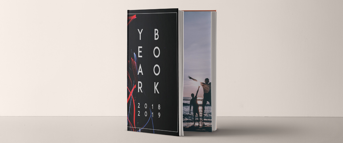 yearbook ouvert sur une page avec photo