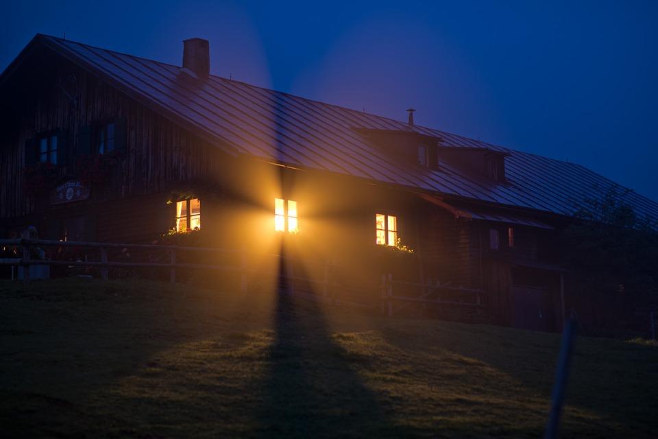 Una casa de nit amb llum a les finestres
