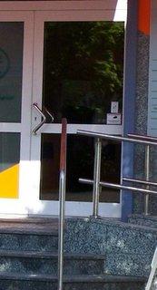 Eine Tür - der Handgriff zeigt, dass diese Tür den Zugang über die Schräge versperrt wenn die Tür geöffnet wird.