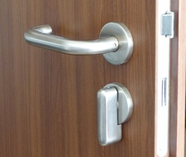 Türschloss mit normgerechtem Handgriff und verlängertem Schließknauf, welcher sich gut anfassen lässt und es jedem ermöglicht, die Tür mit ausreichend Kraft zu verschließen.