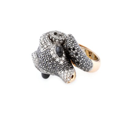 Inel din aur roz, în forma unui cap de berbec pavat cu diamante albe, negre și ochi din onix