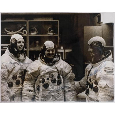 Fotografie oficială NASA, ilustrându-le pe femeile-astronaut Carolyn Griner, Ann Whitaker și Mary-Helen Johnston, în George Marshall Space Flight Center, Alabama, SUA, 1975, cu semnăturile olografe