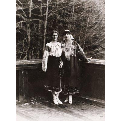 Fotografie ilustrându-le pe Principesa Ileana și pe Regina Maria, în costume populare românești, cca. 1925