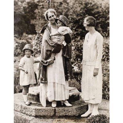Fotografie ilustrându-le pe Regina Maria și pe Prințesa Ileana, cca. 1925