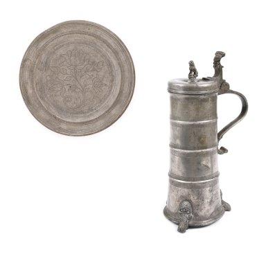 Lot din cositor, format din farfurie gravată, Sibiu, a doua jumătate a sec. XVIII și carafă, Sighișoara, sec. XVII, provine din colecţia Lucrezia și Ion Pacea