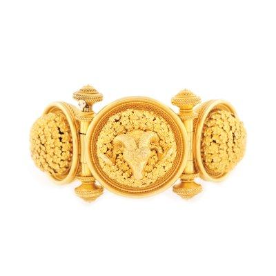 Brățară de inspirație bizantină, din aur, cu delicat decor floral și cap de berbec, cca. 1900