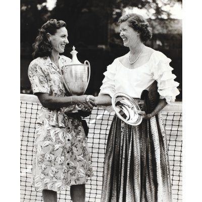 Fotografie de presă ilustrându-le pe tenismenele Magda Rurac și Dorothy Head, 1948