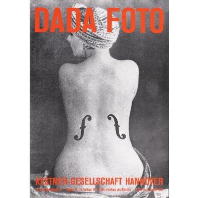 """Afiș al unei expoziții de fotografie DADA, ilustrând lucrarea lui Man Ray """"Le violon d'Ingres"""", la muzeul Kestner Gesellschaft, Hanovra, 1979"""