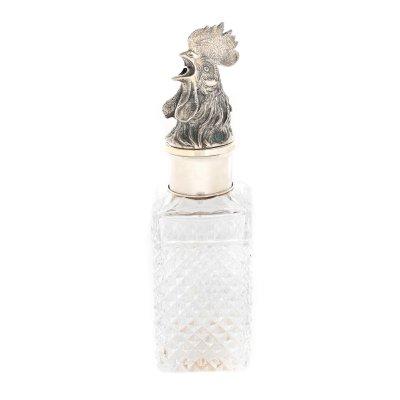 Decantor din cristal, decorat cu pointe-de-diamant și montură din argint, în forma unui cap de cocoș, cca. 1945