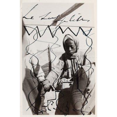 """""""Le Supplice"""" (""""Povara""""), fotografie realizată de Aziz Eloui Bey și Lee Miller, ilustrând un copil egiptean ținându-se de mână, purtând desene de Constantin Brâncuși, semnate olograf, cca. 1937-1938, provine din colecția sculptorului Osman El Mezzaoui"""