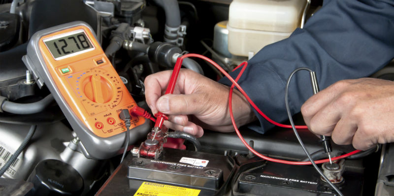 Test bilens batteri løbende