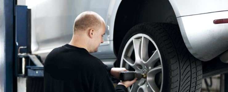 Mekaniker skifter dæk